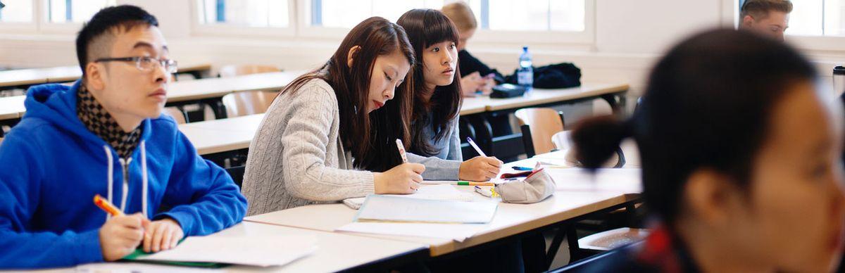 Studierende machen Notizen